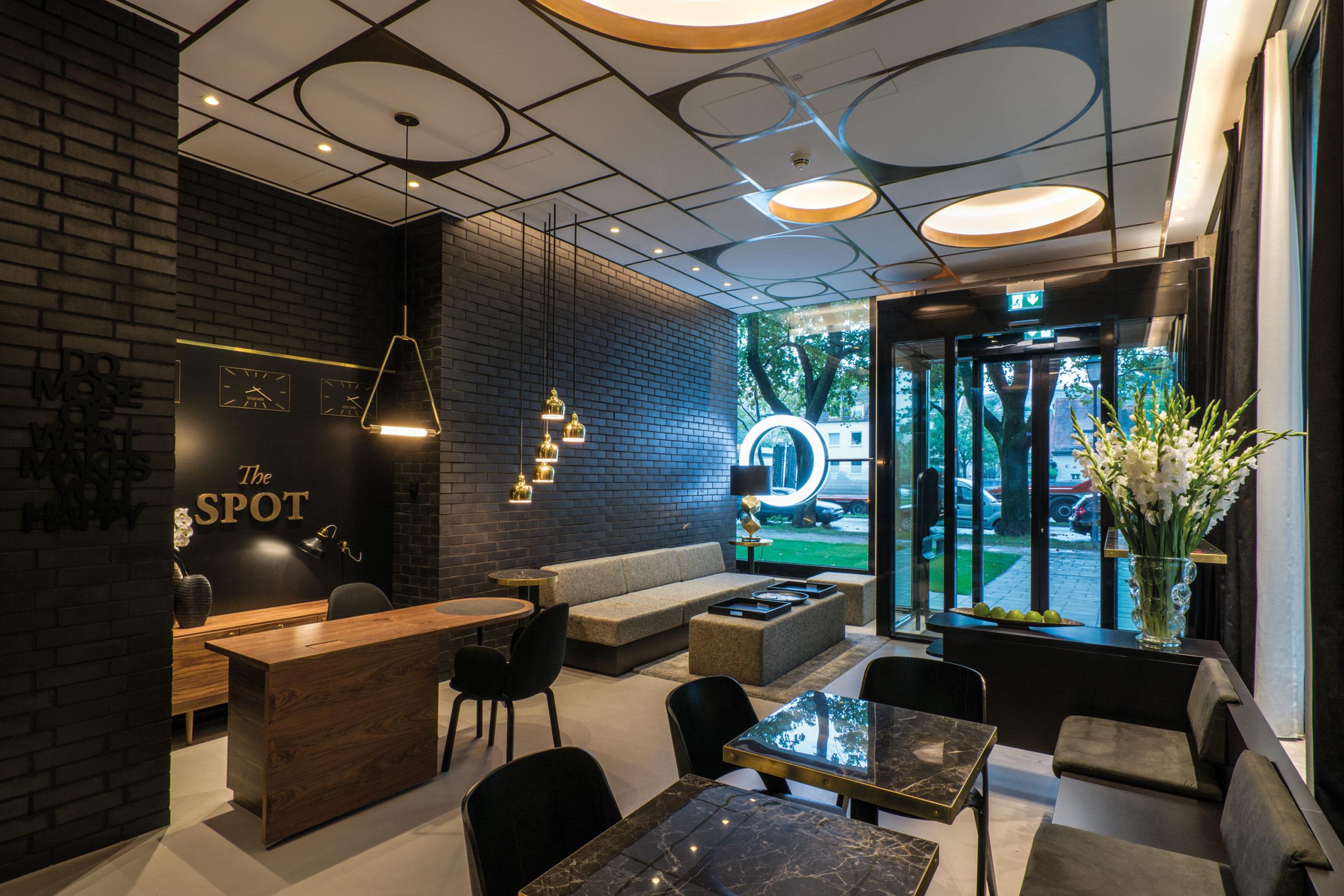 THE SPOT / Serviced Apartments / Typographie im Raum